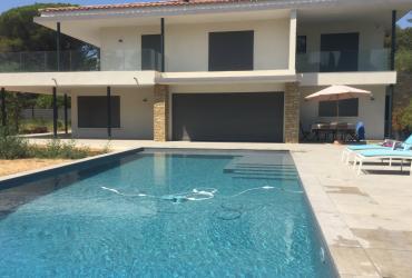 Construction piscine à débordement liner armé 3Dtouch gris clair à sanary 83