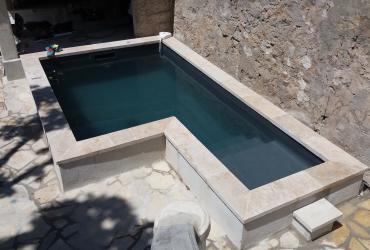 Une petite piscine enterrée en béton armé à toulon centre ville
