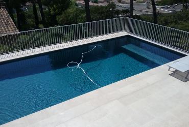 Un volet roulant au fond de la piscine