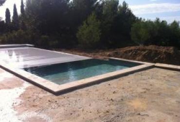 Le volet automatique d'une piscine à débordement située à Bandol Var