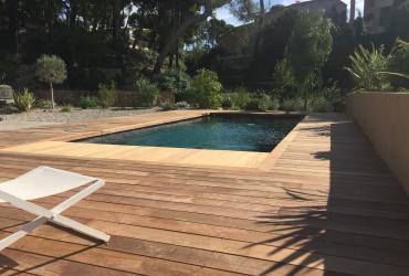 Une piscine moderne avec plage bois à Sanary sur mer