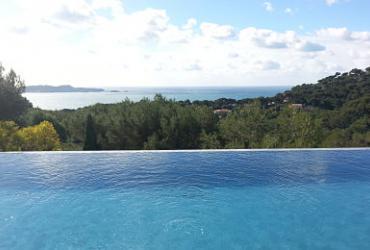 Une piscine en béton armé à débordement à Carqueiranne