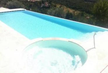 piscine à débordement avec balnéo dans le spa attenant