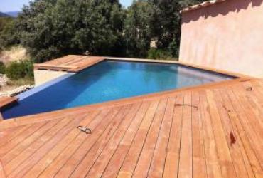 Une piscine design à débordement au beausset VAR