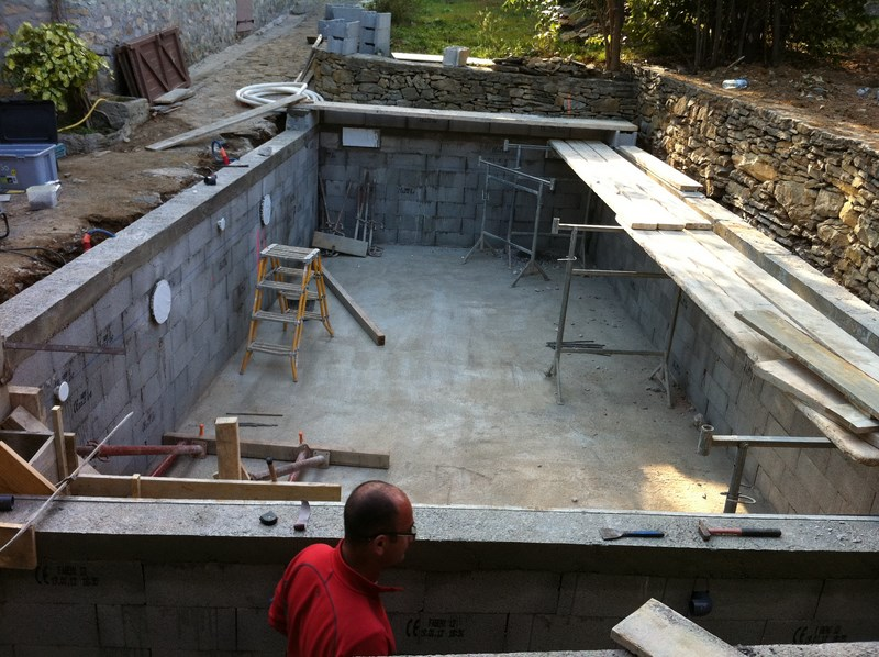 A saint cyr sur mer une piscine b ton carrel e for Construction piscine 8x4