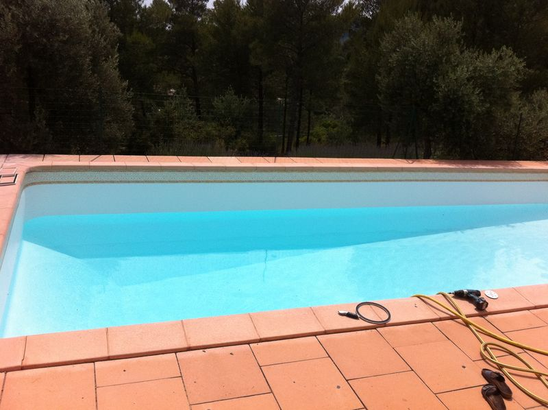 Changement d 39 un liner blanc avec frise au castellet var for Cout changement liner piscine