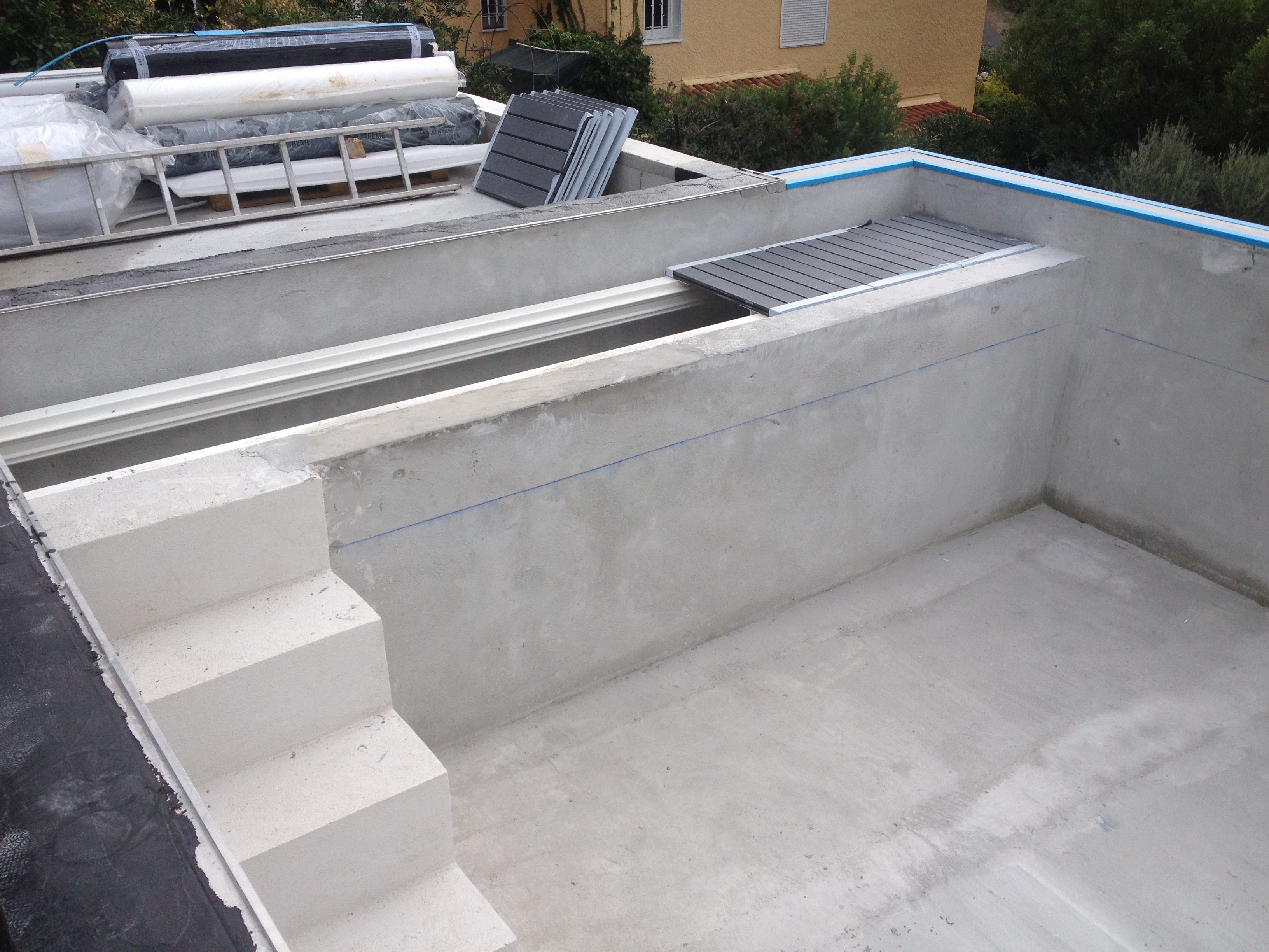 Une piscine en b ton arm d bordement carqueiranne for Construction piscine debordement