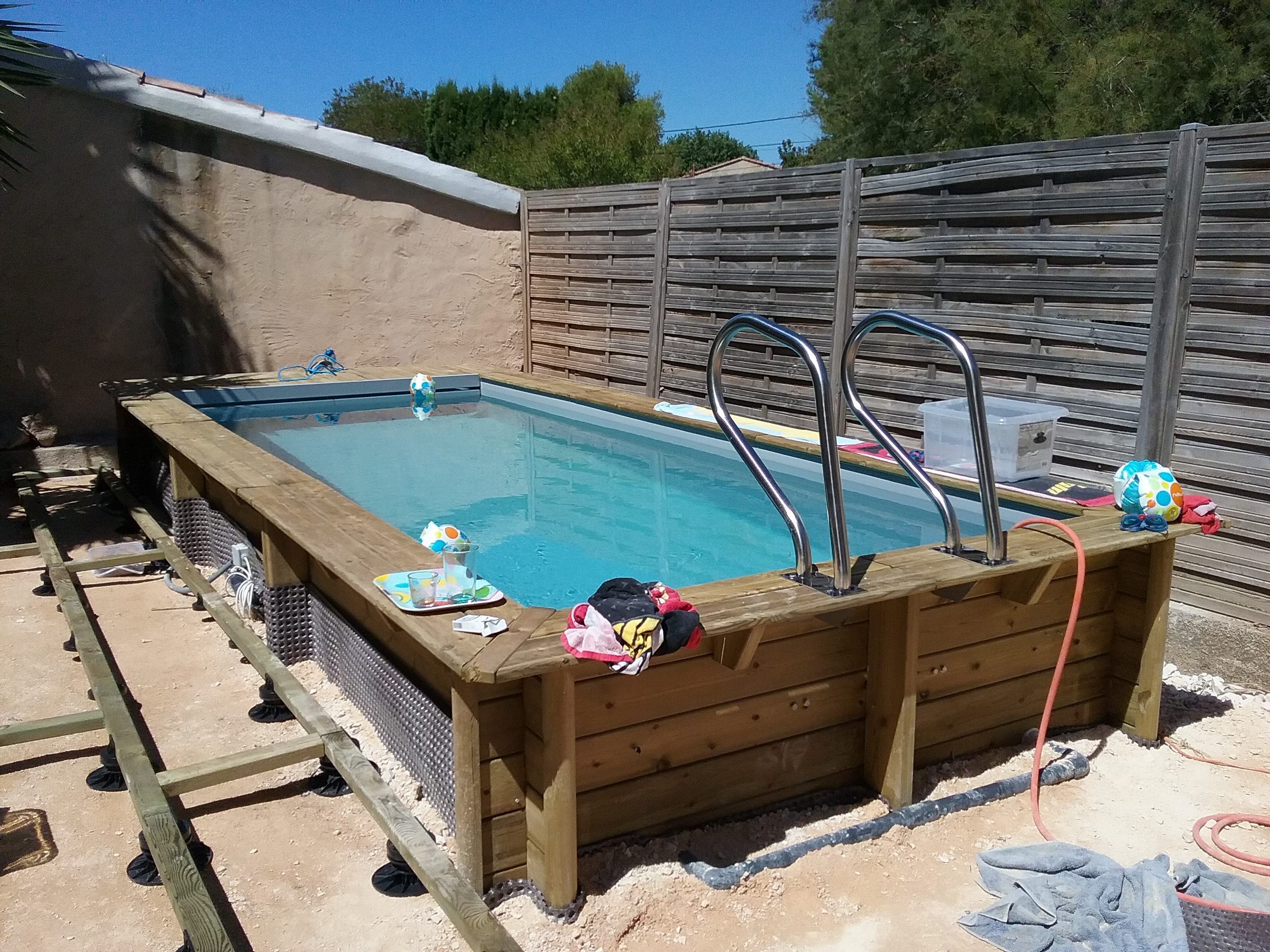 une petite piscine en bois construction de piscine toulon var. Black Bedroom Furniture Sets. Home Design Ideas