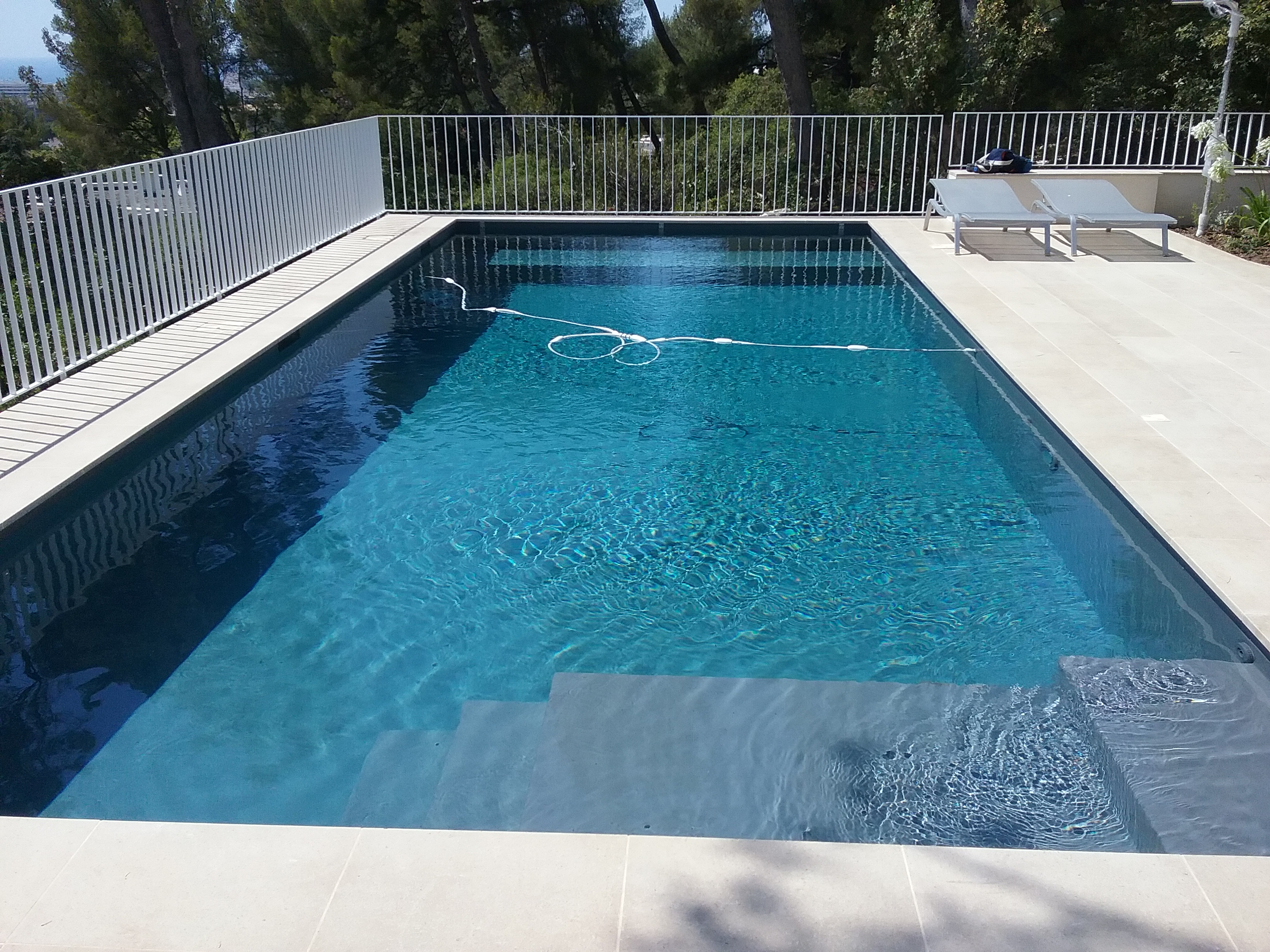 Une piscine b ton grise anthracite marseille 8 me for Piscine beton ou coque