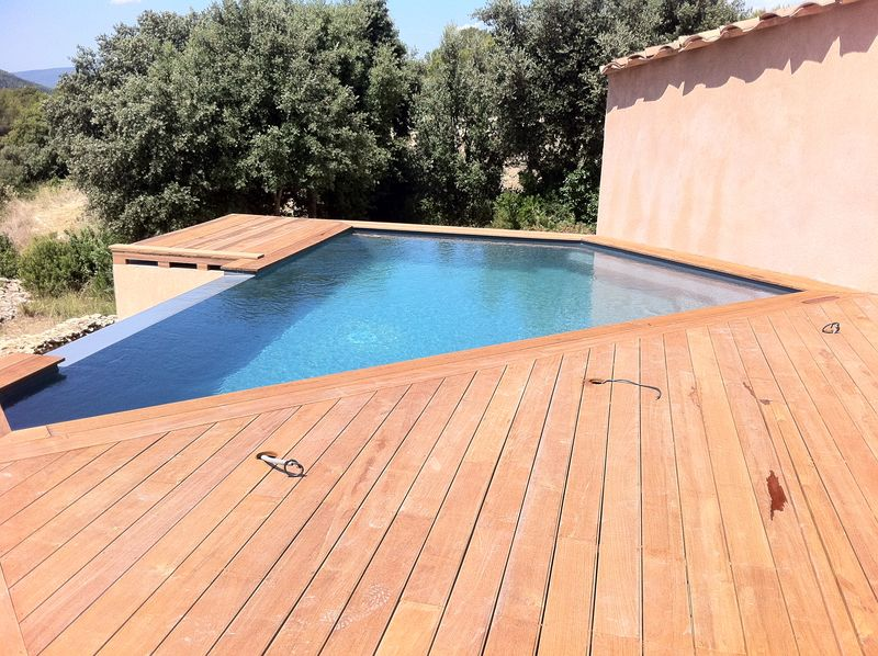 Une piscine design d bordement au beausset var for Construction piscine 86