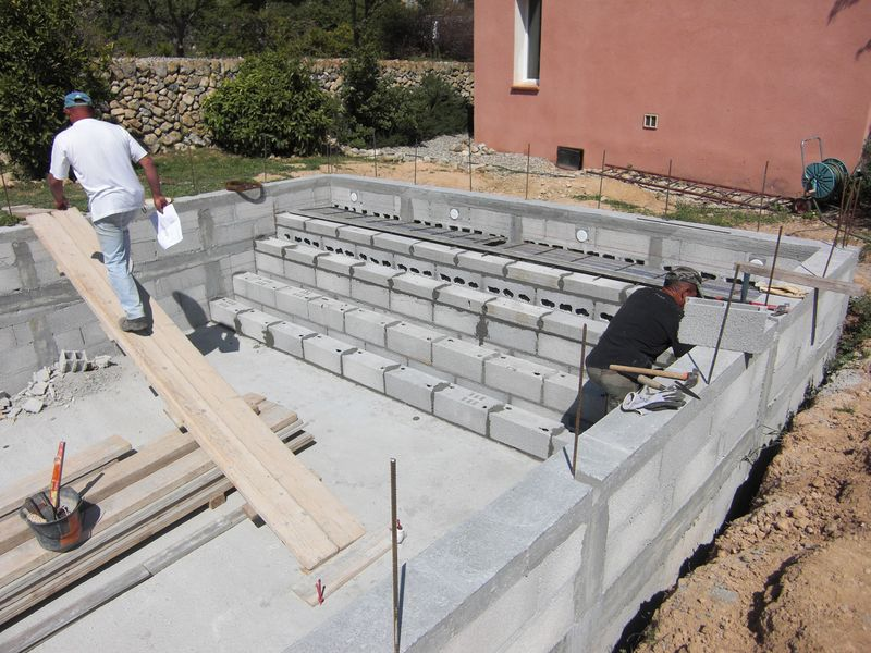 Une piscine traditionnelle sanary var for Construction piscine traditionnelle
