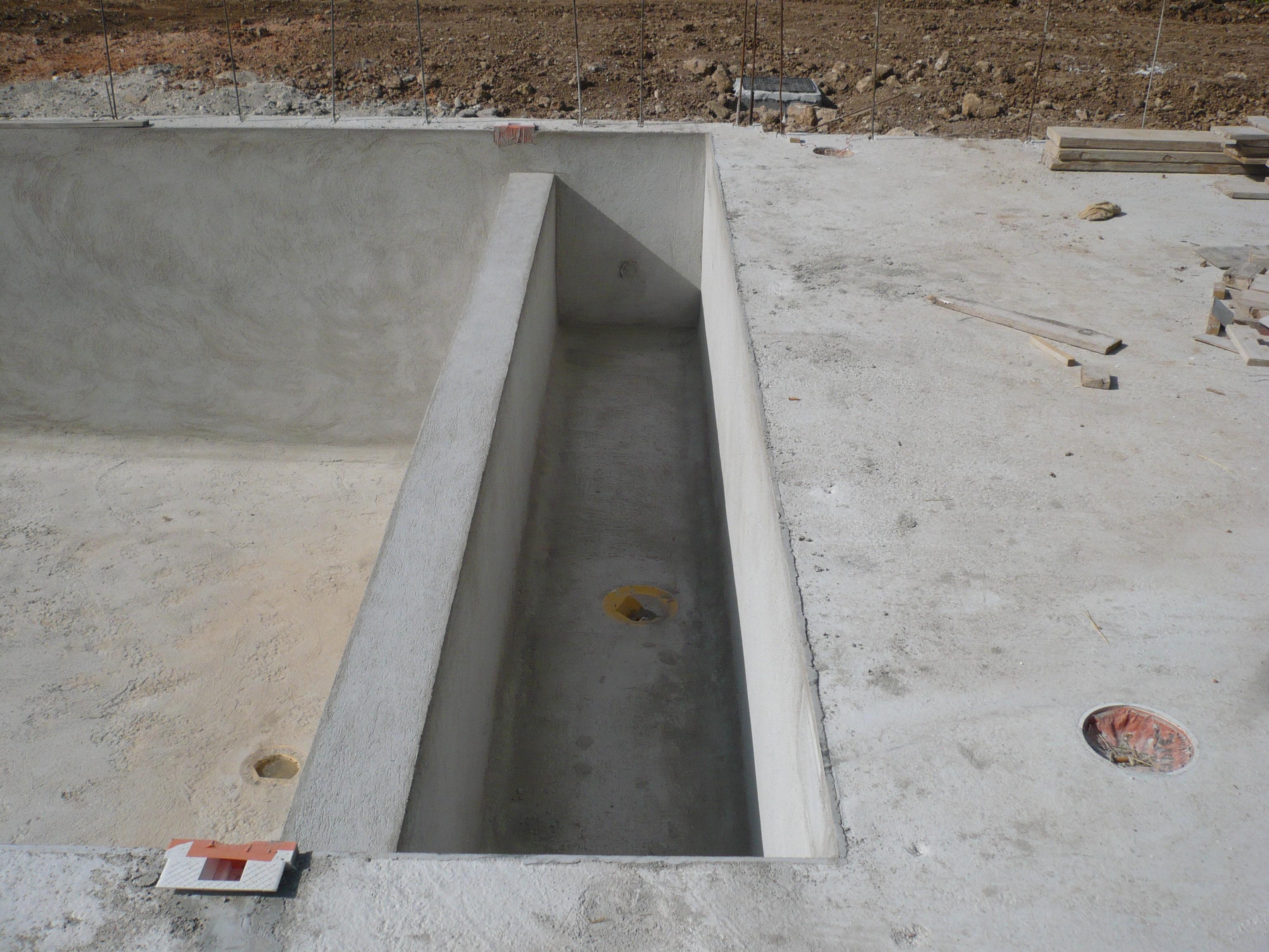 Une piscine traditionnelle en b ton de couleur gris fonc Beton de couleur