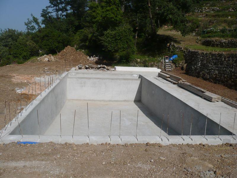 une piscine traditionnelle en b ton de couleur gris fonc dans le var sollies pont. Black Bedroom Furniture Sets. Home Design Ideas