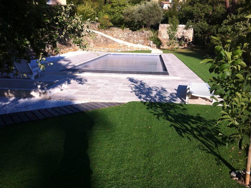 Une piscine traditionnelle en b ton de couleur gris fonc for Cash piscine sollies pont